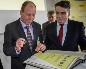NRW-Minister Michael Groschek (rechts) überreicht Oberbürgermeister Bernd Tischler die Urkunde als fahrradfreundliche Stadt. Bild: bottrop.de